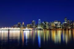Vancouvers Stadt-Skyline-Reflexion BC Kanada an der blauen Stunde stockfoto