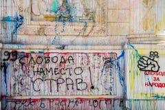 Vandalism och grafitti på byggnadsgränsmärket royaltyfri fotografi