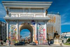 Vandalism på den triumf- bågen i Skopje Royaltyfri Foto