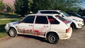 Vandalisme - une voiture moderne, trempée avec la peinture dans le stationnement gratuit image stock