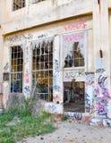 Vandalismo de la juventud: Ruinas viejas de la casa del poder Foto de archivo libre de regalías