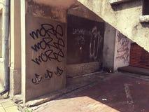 Vandalismus: Wand mit Graffiti lizenzfreie stockfotografie