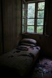 Vandalzed säng nära fönster Royaltyfri Foto