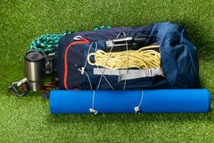 Vandra med saker för sport och utomhus- rekreationlögner på en grön gräsmatta Arkivbild