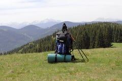 Vandra på bakgrunden av dekorkade bergen med pinnar för spåring royaltyfri bild