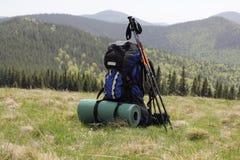 Vandra på bakgrunden av dekorkade bergen med pinnar för spåring Arkivfoton