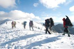 Vandring i ett vinterberg royaltyfri bild