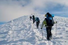 Vandring i ett vinterberg arkivfoton