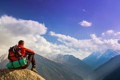 Vandring och affärsföretag på berget Arkivbild