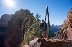 Vandring till ängels landning på Zion National Park i Utah royaltyfri bild