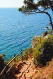 Vandringsled i bergen på den medelhavs- kusten royaltyfri fotografi