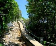 Vandringsled med trappa på den Khao Sam Roi Yot nationalparken arkivbilder
