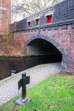 Vandringsled och bro på den Birmingham kanalen Arkivfoto