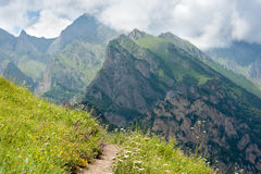 Vandringsled på backen i bergen Royaltyfria Foton
