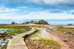 Vandringsled som leder till Elizabeth Castle Jersey Arkivfoto