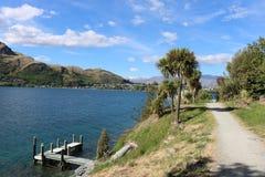 Vandringsled vid den Frankton armen av sjön Wakatipu, Otago Arkivfoton