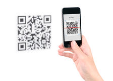 Vang code QR inzake mobiele telefoon Stock Foto's