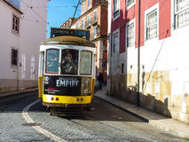 Vang het ogenblik: een fotograaf die een foto van een geel tramvenster nemen, Lissabon, Portugal stock foto