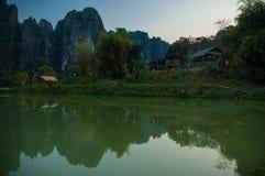 Vang Vieng石灰岩地区常见的地形风景 免版税库存照片