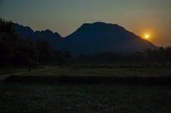 Vang Vieng石灰岩地区常见的地形风景 免版税库存图片