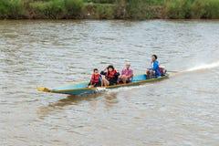 VANG VIENG,老挝人P d r - 10月24日:未认出的游人 库存图片