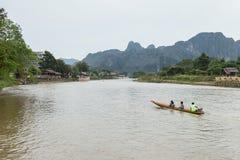 VANG VIENG,老挝人P d r - 10月24日:未认出的游人 免版税库存照片
