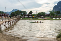 VANG VIENG,老挝人P d r - 10月24日:未认出的游人 免版税库存图片