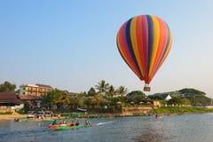 Vang Vieng,老挝- 2016年2月15日:在Nam歌曲河的热空气气球 Vang Vieng是一个旅游胜地镇 免版税库存图片