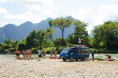 Vang Vieng,老挝- 2014年11月13日:旅客乘小船准备旅行在Vang Vieng,老挝 Vang Vieng是旅游业导向t 免版税库存图片