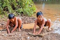 Vang Vieng,老挝- 2011年5月14日:使用老挝人的孩子开掘  库存照片