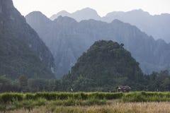 Vang Vieng é uma cidade turismo-orientada em Laos Foto de Stock