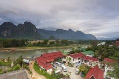 Vang Vieng é uma cidade turismo-orientada em Laos, situado em Vientiane Fotografia de Stock Royalty Free