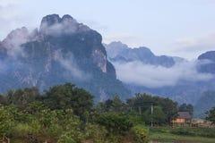 Vang Vieng ориентированный на туризм городок в Лаосе Стоковое фото RF