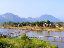 VANG VIENG -村庄和山 图库摄影