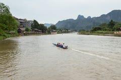 VANG VIENG, LAO P d r - Październik 24: Niezidentyfikowani turyści Zdjęcie Royalty Free
