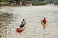 VANG VIENG, LAO P d r - Październik 24: Niezidentyfikowani turyści Zdjęcie Stock