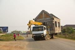 VANG VIENG, LAOS - APRIL 2014: bärande ögonblickligt hus med lastbilen Royaltyfria Foton
