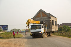 VANG VIENG, LAOS - APRIL 2014: tragendes sofortiges Haus durch LKW Lizenzfreie Stockfotos