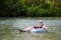 Vang Vieng, Laos - 13 de novembro de 2014: O turista aprecia a tubulação no rio da música em Vang Viang, Laos Foto de Stock Royalty Free