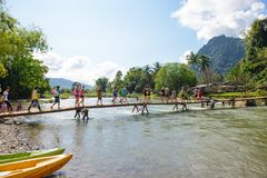 Vang Vieng, Laos - 13 de novembro de 2014: Ponte de madeira sobre o rio da música Imagens de Stock