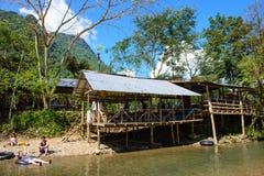 Vang Vieng, Laos - 13 de noviembre de 2014: Restaurante en Tham Nam Water Cave para la tubería de la cueva Fotografía de archivo