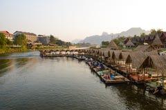 Vang Vieng, Laos - 15 febbraio 2016: Il negozio bevente lungo il fiume numerico di canzone Fotografie Stock