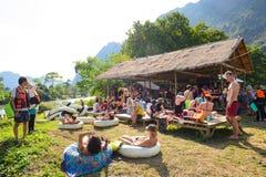 Vang Vieng, Laos - November 13, 2014: Stugor för att turister ska koppla av, äter och dricker Royaltyfri Bild