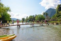 Vang Vieng, Laos - 13 novembre 2014 : Pont en bois au-dessus de rivière de chanson Images stock