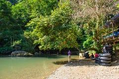 Vang Vieng, Laos - 13 novembre 2014: Tham Nam Water Cave per la tubatura della caverna Vang Vieng è ad una città orientata a turi Fotografie Stock