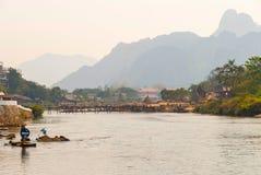 Vang Vieng met de rivier, Laos stock afbeeldingen