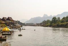 Vang Vieng met de rivier, Laos royalty-vrije stock fotografie