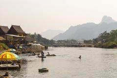 Vang Vieng met de rivier, Laos royalty-vrije stock afbeelding