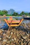 Vang Vieng - une ville orientée touriste au Laos dans la province de Vientiane mensonges sur Nam Song River Photo libre de droits