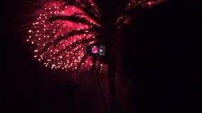 Vang vuurwerk op smartphone vuurwerk De kleurrijke nacht van de vuurwerk atn vakantie stock footage